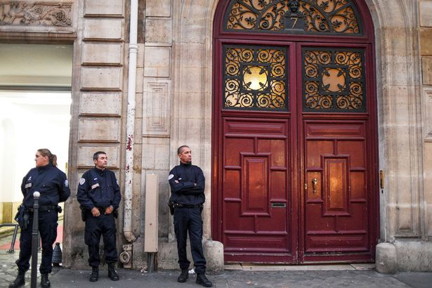 French-police-officers-stand-in-front-of-Kim-Kardashians-luxury-apartment-Hotel-de-Pourtales-on-Rue-Tronchet
