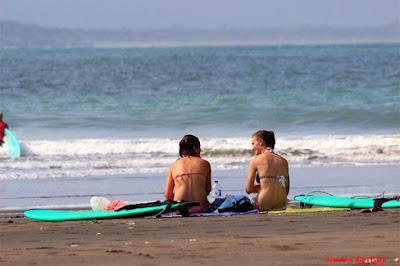 wisatawan manca di pantai batu karas