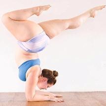Mulher de 100 kg faz poses de yoga impressionantes e relata como isso melhorou sua autoestima