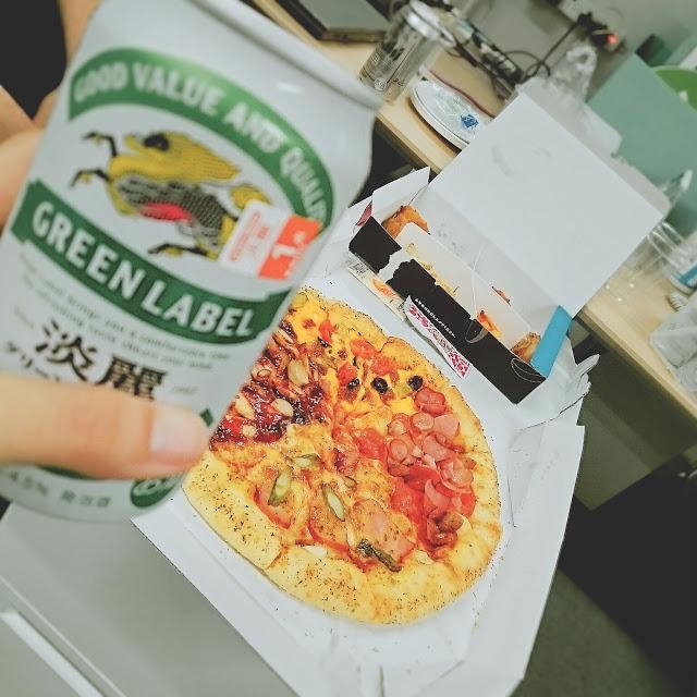 会社でドミノ注文して、ビールで即席ピザパーティー。