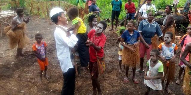 Tiba di Agats, Jokowi Presiden Pertama yang Injak Tanah Asmat