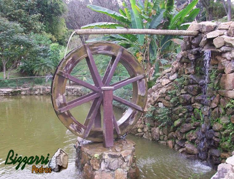 Construção de lago com construção de muros de pedra rústica com a execução da roda d'água na entrada de água do lago.