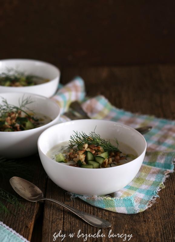 tarator czyli bułgarski chłodnik z ogórkami, orzechami włoskimi, koperkiem i oliwą