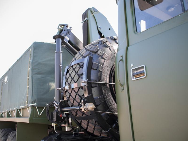 КрАЗ виготовив для військових вантажівку з маніпулятором