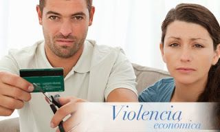 Violencia económica. Hombre a punto de romper la tarjeta de créditos a su pareja