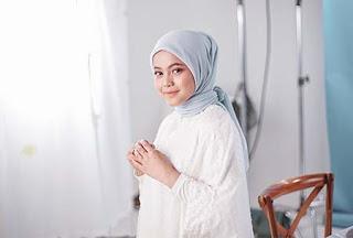 Putri Isnari Berjilbab