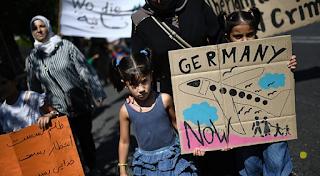 Mültecileri Yunanistan'a geri Avrupa'ya gönderir.