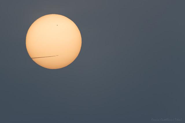 Sol, mancha solar y avión