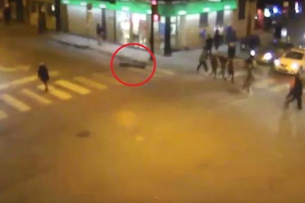 Τον χτύπησαν, τον λήστεψαν και αργότερα τον πάτησε ταξί! (Βίντεο)