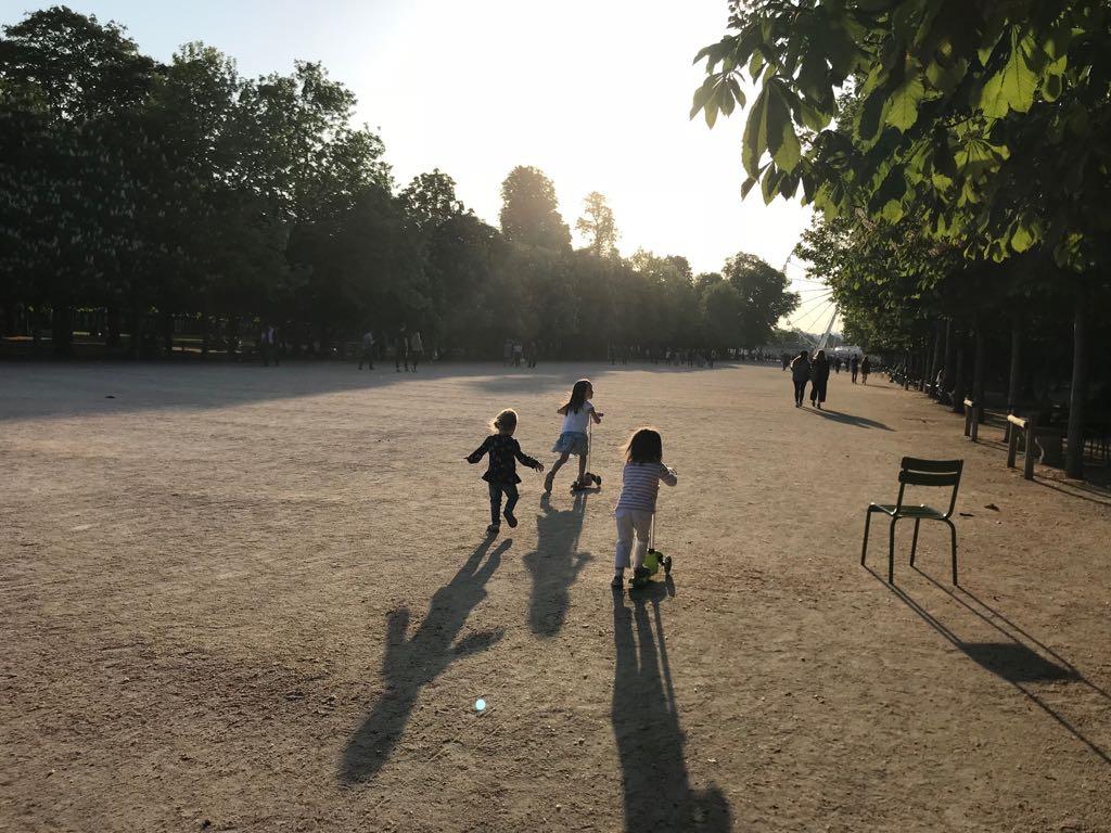 lapsi juoksee Pariisissa