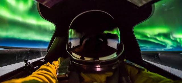 Pilota di un aereo spia U-2 fotografa da vicino un Aurora Boreale
