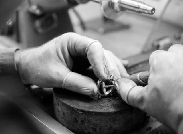 Cận cảnh đồng hồ đeo tay đắt nhất thế giới được gắn 874 viên kim cương