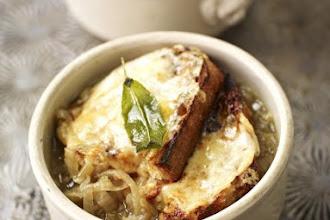 Supa englezeasca de ceapa cu salvie si branza Cheddar a la Jamie Oliver