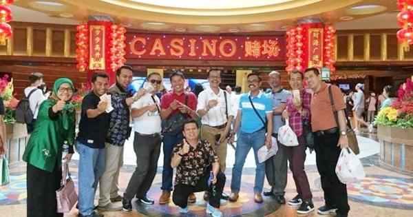 Anggota DPRD Kabupaten Limapuluh Kota tampak pamer uang dolar saat sedang berada di kasino Singapura