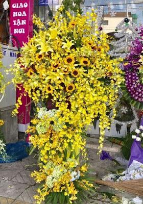 hoa khai trương cửa hàng màu vàng