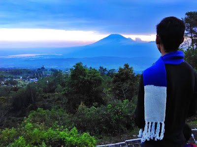 foto pemandangan gunung merbabu dai candi gedong songo