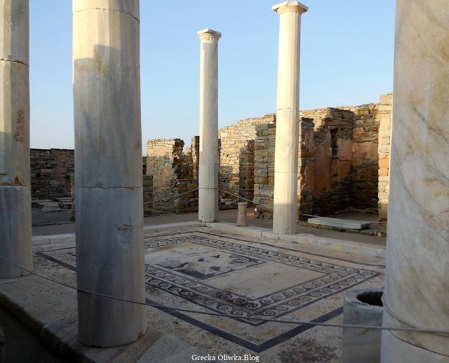 dziedziniec z piękną mozaiką otoczony kolumnami Dom Dionizos Delos Grecja