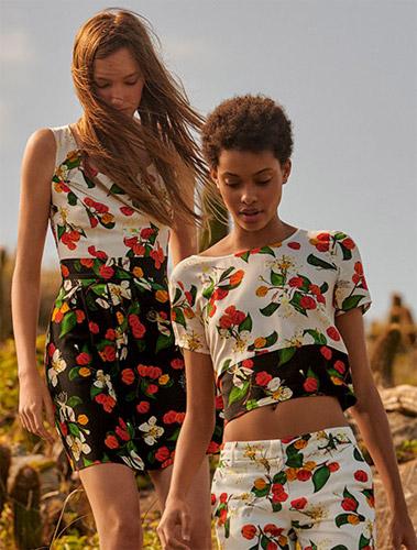 Isolda para Riachuelo vestido com pregas blusa cropped e calça de alfaiataria com estampas frutais
