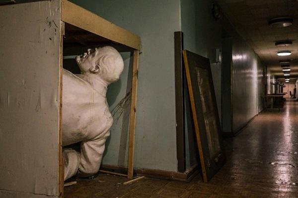 Estatua de Lenin guardada en caja de madera al interior de los pasillos de una casa.