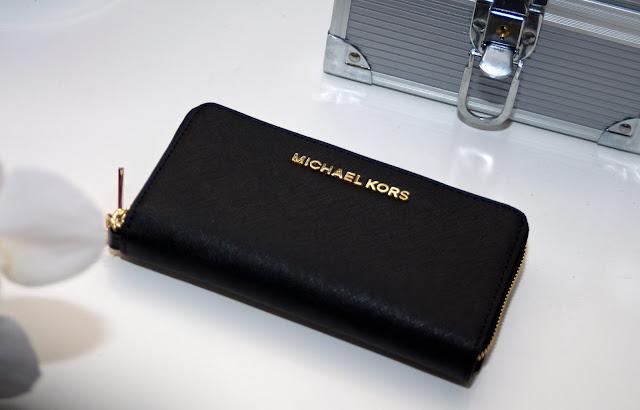 czarny portfel od Korsa