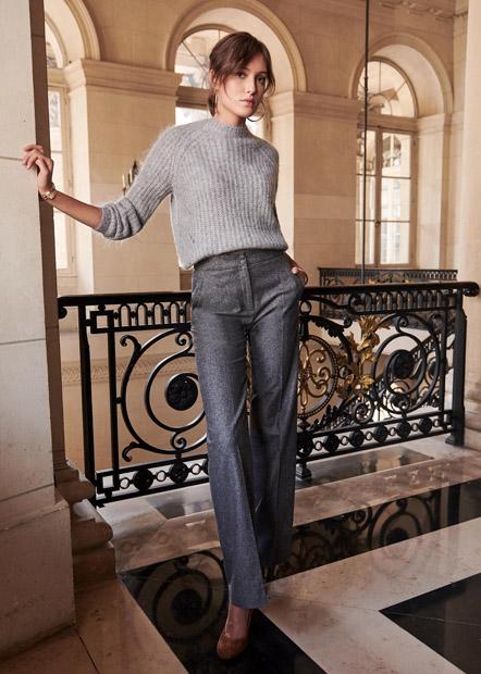 Серые прямые широкие брюки со свитером