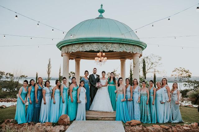 casamento real, casamento a céu aberto, casamento no jardim, casamento no campo, passarela de espelho, flores do campo, cerimônia, decoração de cerimônia, varal de lâmpadas, relicário, buquê da noiva, bouquet, vestido de noiva, vestido de renda, villa giardini, noivos no altar, véu e grinalda, hora dos votos, decoração rústica, casamento rústico, madrinhas de casamento, madrinha de casamento, tiffany, madrinhas de tiffany