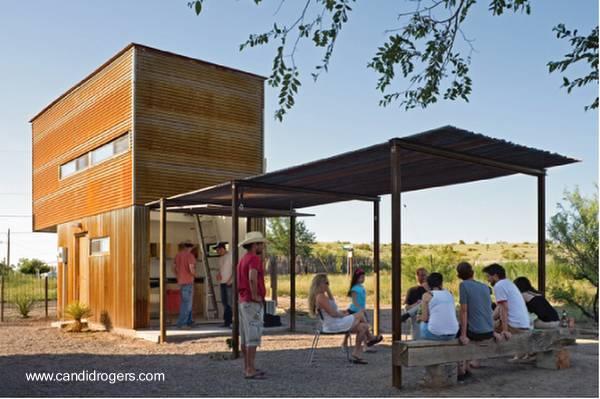 Pequeña casa económica hecha de metal patio trasero con glorieta