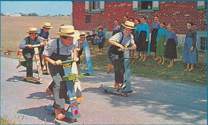 adolescents Amish en pleine course de trottinettes