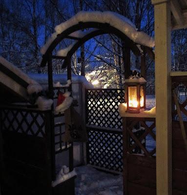 kaariportti, joulu, joulutunnelma, lumi, lyhty, tonttulakki