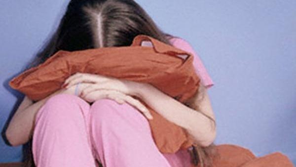 شاب يغتصب فتاة في الشارع أمام المارة