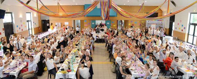 photo de groupes de la salle tous les invités du mariage