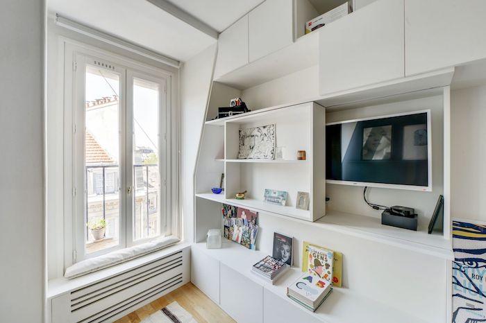 Mueble de madera con solución deslizante que oculta la TV