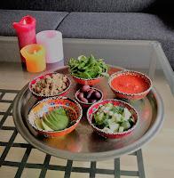 quinoa salade met avocado, olijven, feta, komkommer