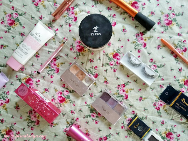 flatlay beauty blogger smokey eyes