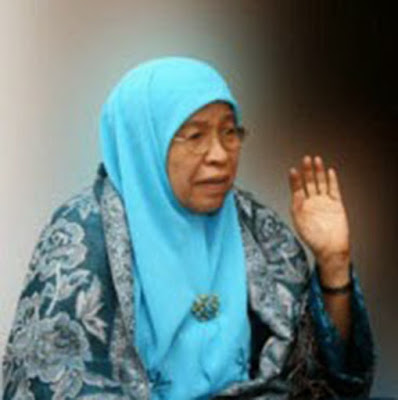 Biografi Prof. Dr. Zakiah Daradjat     Prof. Dr. Zakiah Daradjat lahir di Jorong Koto Marapak, Nagari Lambah, Ampek Angkek, Agam, Sumatera Barat, pada tanggal 06 November 1929. Ayahnya, Haji Daradjat Husain merupakan aktivis organisasi Muhammadiyah dan ibunya, Rafi'ah aktif di Sarekat Islam. Haji Daradjat Husain memiliki dua orang istri. Dari Rafi'ah, istri pertama, lahir enam orang anak dan Zakiah adalah anak pertama, sedangkan dari istri kedua, Hajah Rasunah, lahir 5 anak. Meskipun bukan berasal dari kalangan ulama, sejak kecil Zakiah Daradjat telah ditempa pendidikan agama dan dasar keimanan yang kuat. Ia sudah dibiasakan oleh ibunya untuk menghadiri pengajian-pengajian agama dan dilatih berpidato oleh ayahnya.   Pada usia tujuh tahun, Zakiah sudah mulai memasuki sekolah. Pagi ia belajar di Standard School Muhammadiyah dan sorenya belajar lagi di Diniyah School. Semasa sekolah ia memperlihatkan minat cukup besar dalam bidang ilmu pengetahuan dan agama. Selain itu, saat masih duduk di bangku kelas empat SD, ia telah menunjukkan kebolehannya berbicara di muka umum. Setelah tamat pada tahun 1941, Zakiah dimasukkan ke salah satu SMP di Padang Panjang sambil mengikuti sekolah agama di Kulliyatul Muballighat. Ilmu-ilmu yang diperolehnya dari Kulliyatul Mubalighat kelak ikut mendorongnya untuk menjadi mubalig.