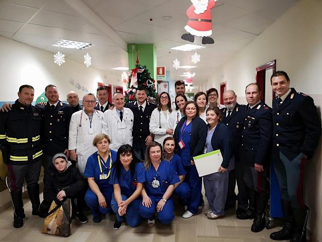"""Un """"Babbo Natale"""" inaspettato. La Polizia di Capitanata """"irrompe in corsia"""" e dona regali ai bambini oncologici [FotoGallery]"""