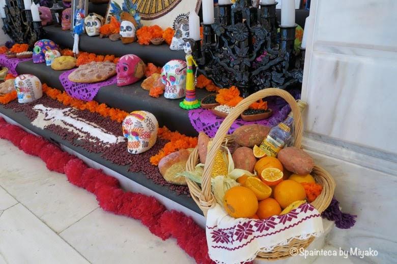 Día de Muertos, Casa de México en Madrid  死者の日の祭壇のお供え物