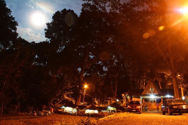 Rest Area Urug ketika terang bulan