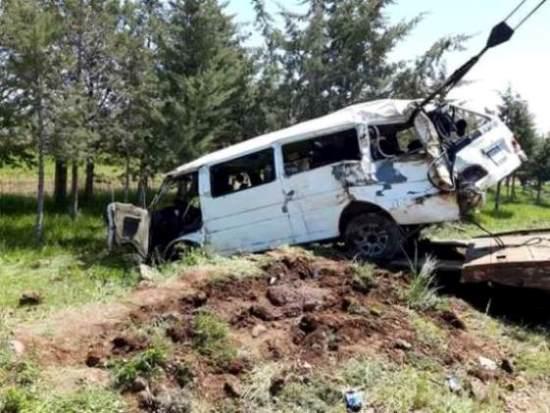 وفاة شخصين وإصابة 11 آخرين جراء تدهور سرفيس نقل ركاب على طريق السويداء صلخد