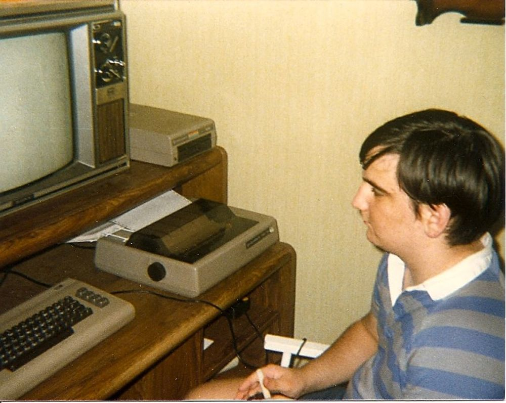 20 Vintage Photographs of People With Their Commodore 64