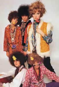 Não podia ser diferente do black power que marcou a época. Usava-se muito o  lenço na cabeça também, os hippies estavam soltos! 922d62ae9f