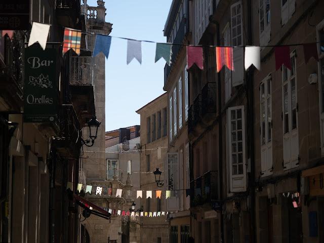Calle de casco histórico adornada con banderines de colores