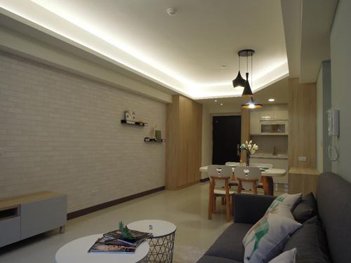 客廳電視牆面採用文化石壁紙,省錢之餘仍能兼顧視覺的美感。