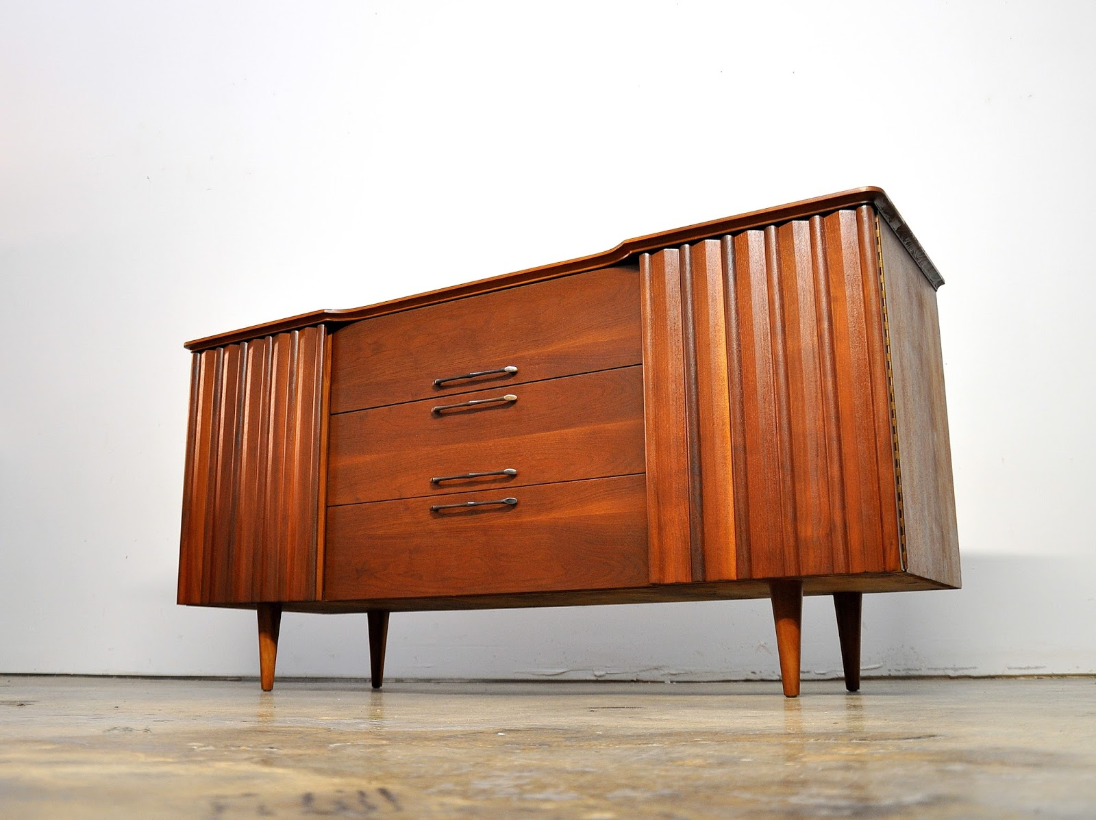 Select Modern United Furniture Credenza Bar Media