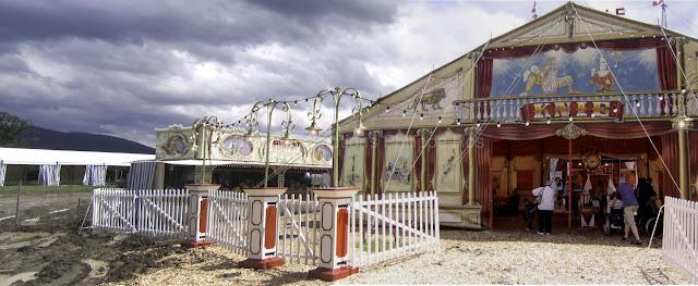un tapis de copeaux pour accéder au cirque