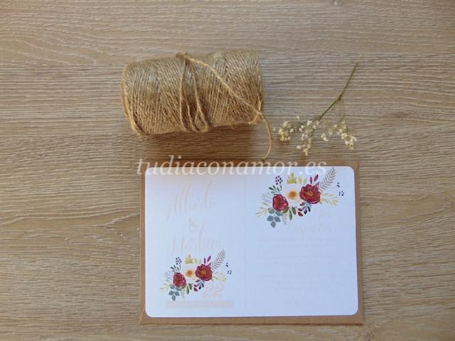 Invitaciones con flores pintadas y letras en color melocotón