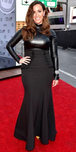 Foto de Alanis Morissette con lindo vestido negro