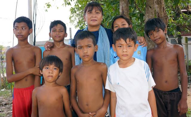 Kattiamoni Huy - Présidente de United For Cambodian Children's entourée des enfants de Siem Reap
