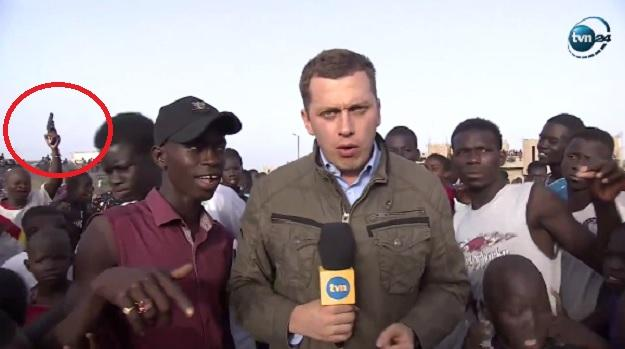A weapon behind the back of the Polish TVN reporter in Senegal