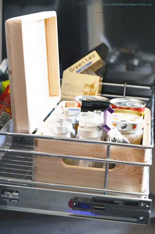 Cajas de madera dentro de los armarios